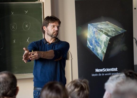 Leo Kouwenhoven legt aan lezers van New Scientist uit hoe een quantumcomputer werkt. (Foto: Aschwin Tenfelde)