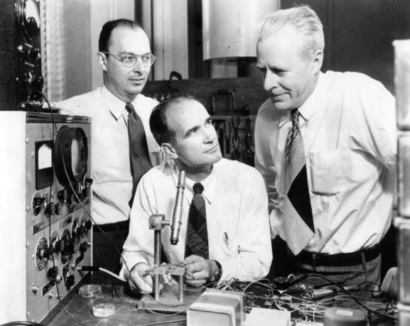 John Bardeen, William Shockley en Walter Brattain in Bell Labs in 1948. (Bron: Wikimedia Commons)